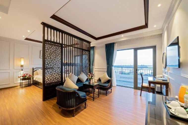 Phòng Royal Honeymoon Suite with balcony