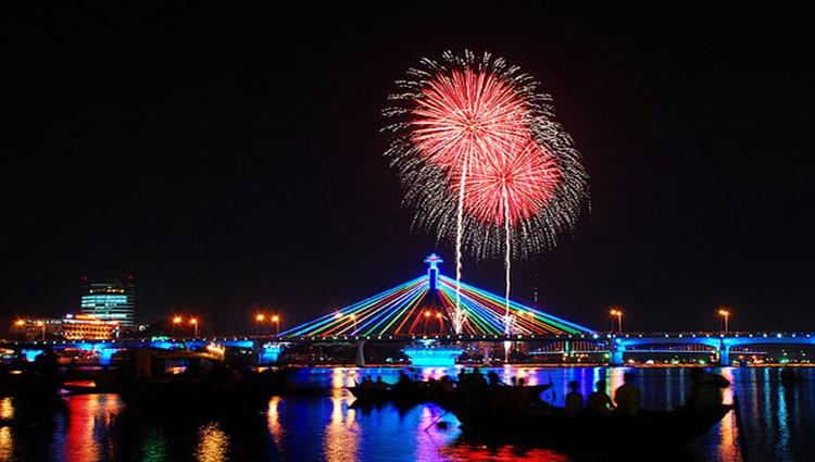Đề xuất thi trình diễn pháo hoa quốc tế trên xà lan giữa sông Hàn